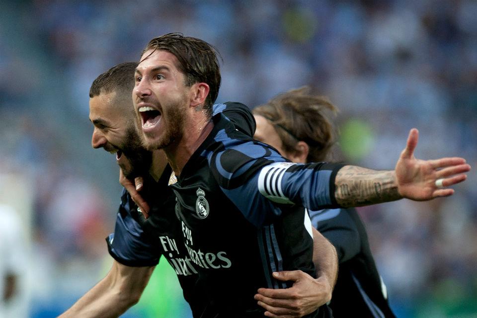Karim Benzema merayakan gol yang dicetaknya bersama dengan Sergio Ramos
